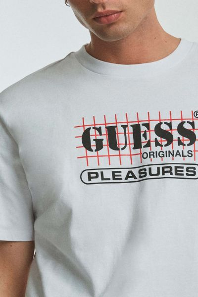 Playera-con-estampado-GUESS-Originals-x-PLEASURES-GUESS